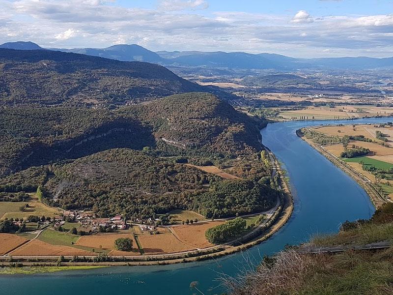 Долина Роны на границе горного массива Юра и Альп