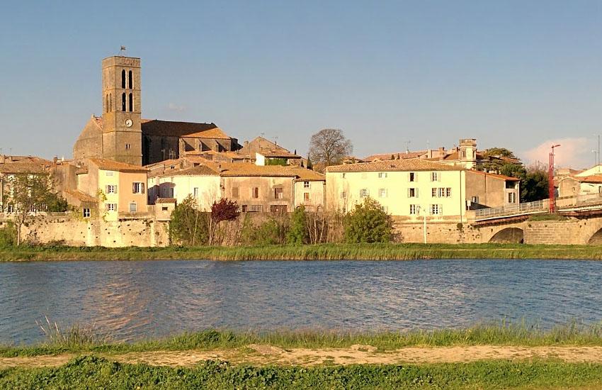 Река Од (Aude) в среднем течении: город Треб (Trebes)