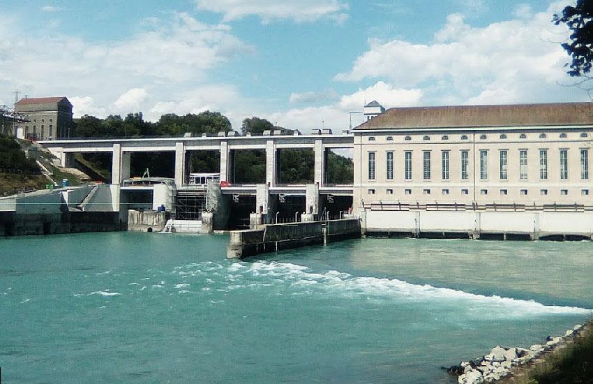 Река Рона (Rhone) на границе Франции и Швейцарии
