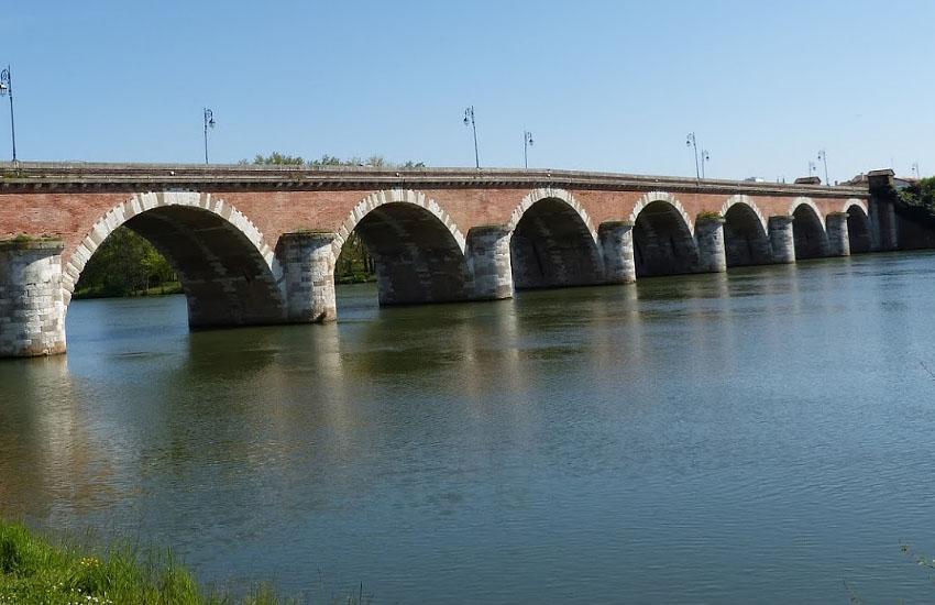 Река Тарн (Tarn) в городе Муассак: мост Pont Napoléon