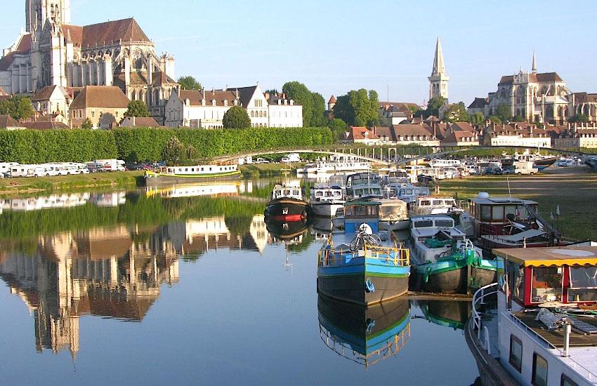 Река Йонна (Yonne) в среднем течении (город Осер)