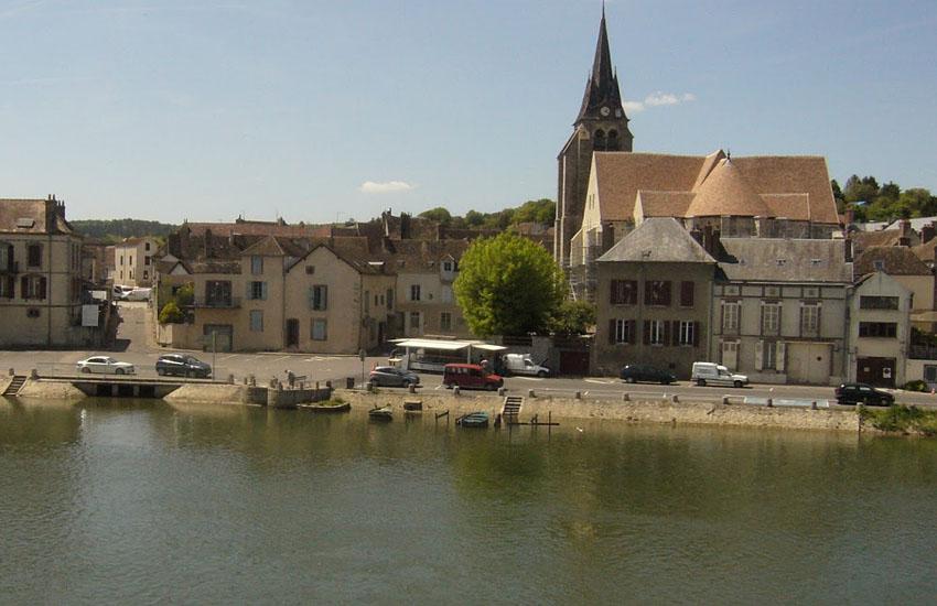 Река Йонна (Yonne) в городе Пон-Сюр-Йонна