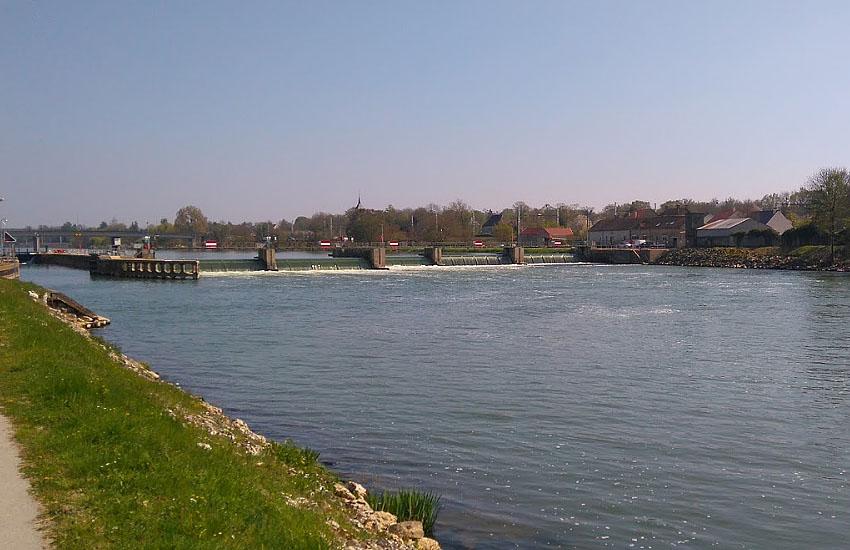 Река Йонна (Yonne) в нижнем течении: шлюзы