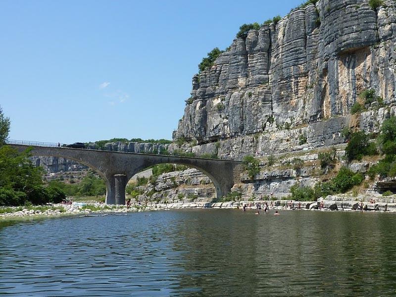 Ардеш (Ardeche)  в среднем течении в коммуне Вогюэ (Vogüé)