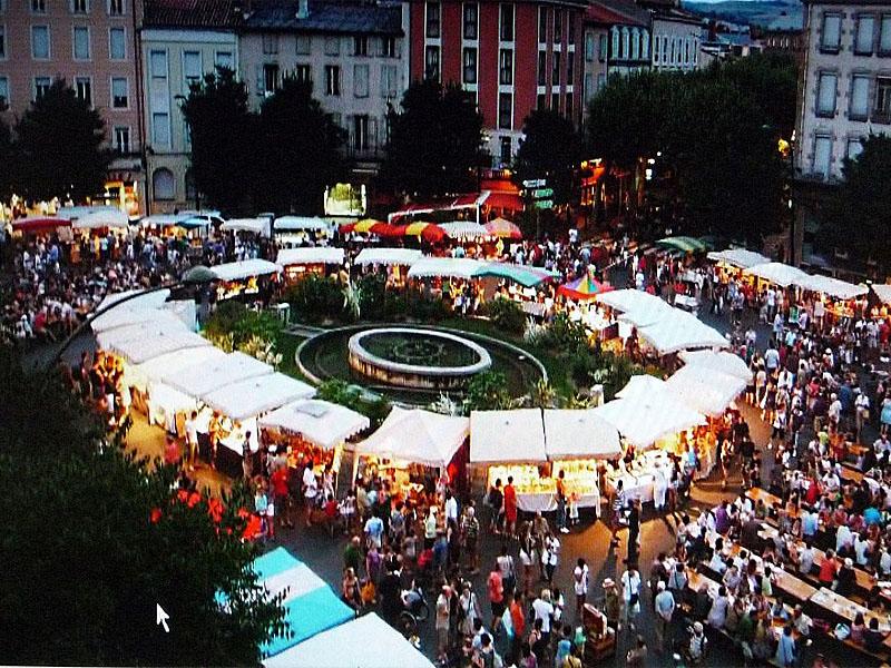 Ночной рынок фермеров Авейрона на площади Мандару (la place du Mandarous) в Мийо